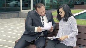Bedrijfsman manager die documenten voor handtekening voorleggen aan zijn strikte chef- vrouw stock videobeelden