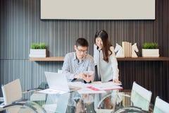 Bedrijfsmedewerkers die in vergaderzaal in bureau bespreken stock fotografie
