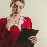 Bedrijfsmeisje dat met tablet denkt Royalty-vrije Stock Afbeelding