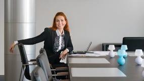 Bedrijfsmeisje die in de onderhandeling glimlachen Stock Afbeeldingen