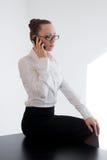 Bedrijfsmeisje die op de telefoon spreken stock fotografie