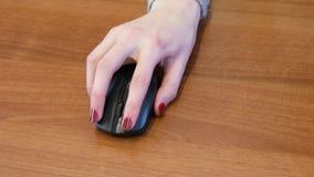 Bedrijfsmeisje met het aardig manicurewerk met een muis stock footage