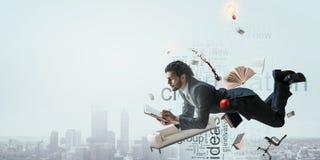Bedrijfsmens aan het werk aangaande cityscape achtergrond royalty-vrije stock afbeelding
