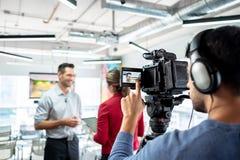 Bedrijfsmens in Bureau die en tijdens Collectief Gesprek spreken glimlachen stock foto