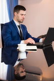 Bedrijfsmens in bureau met laptop Royalty-vrije Stock Fotografie