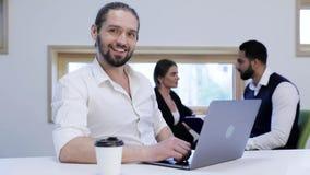 Bedrijfsmens die aan computer in bureau werken Bedrijfs mensen stock video