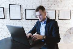 Bedrijfsmens die aan laptop computer bij het coworking van open bureau werken Royalty-vrije Stock Afbeeldingen
