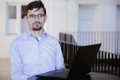 Bedrijfsmens die aan laptop computer bij het coworking van open bureau werken Stock Foto's