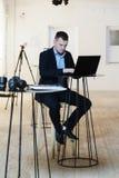 Bedrijfsmens die aan laptop computer bij het coworking van open bureau werken Royalty-vrije Stock Foto's