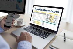 bedrijfsmens die aan laptop het Online Web Job Appli werken van het computergebruik Stock Fotografie