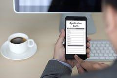 bedrijfsmens die aan laptop het Online Web Job Appli werken van het computergebruik Stock Foto's