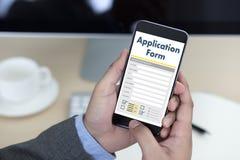 bedrijfsmens die aan laptop het Online Web Job Appli werken van het computergebruik Stock Foto