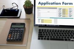 bedrijfsmens die aan laptop het Online Web Job Appli werken van het computergebruik Royalty-vrije Stock Fotografie