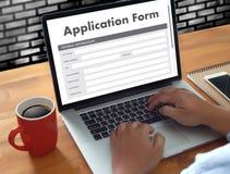 bedrijfsmens die aan laptop het Online Web Job Appli werken van het computergebruik Stock Afbeeldingen