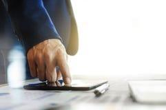 Bedrijfsmens die aan tablet werken royalty-vrije stock afbeeldingen