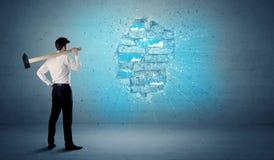 Bedrijfsmens die bakstenen muur met reusachtige hamer raken Stock Fotografie