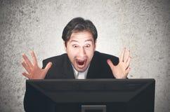 Bedrijfsmens die bij de computer, emotie, uitdrukking gillen Royalty-vrije Stock Foto's