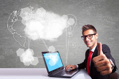 Bedrijfsmens die bij zijn laptop computer werken en o.k. Th maken Stock Afbeeldingen