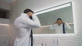 Bedrijfsmens die de badkamers van de overhemdsluxe dichtknopen Gelukkige mensenkleding in privé huis stock footage
