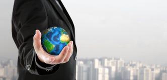 Bedrijfsmens die de kleine wereld in zijn hand houden Stock Foto's