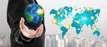 Bedrijfsmens die de kleine wereld in zijn hand houden royalty-vrije stock afbeelding
