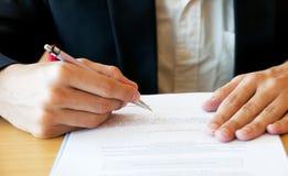 Bedrijfsmens die Documenten ondertekenen Royalty-vrije Stock Foto's