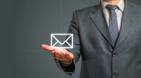 Bedrijfsmens die E-mailpictogram voorstellen Royalty-vrije Stock Foto