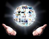 Bedrijfsmens die een bal van mensen houdt Stock Fotografie