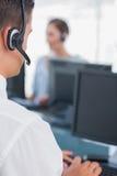 Bedrijfsmens die in een call centre werken Royalty-vrije Stock Foto's