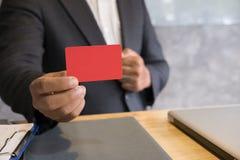 Bedrijfsmens die een creditcard voor online het winkelen, aankoop houden Royalty-vrije Stock Afbeeldingen