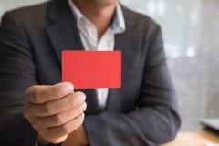 Bedrijfsmens die een creditcard voor online het winkelen, aankoop houden Stock Fotografie