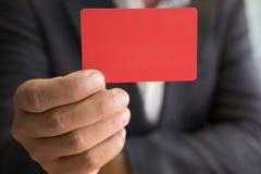 Bedrijfsmens die een creditcard voor online het winkelen, aankoop houden Stock Afbeelding