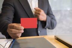 Bedrijfsmens die een creditcard voor online het winkelen, aankoop houden Royalty-vrije Stock Foto