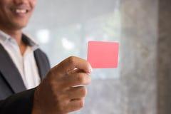Bedrijfsmens die een creditcard voor online het winkelen, aankoop houden Stock Foto's