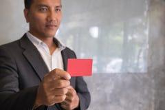 Bedrijfsmens die een creditcard voor online het winkelen, aankoop houden Royalty-vrije Stock Fotografie