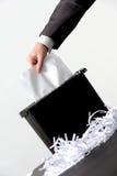 Bedrijfsmens die een document verscheuren Stock Foto