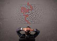 Bedrijfsmens die een labyrint en de uitweg bekijken Royalty-vrije Stock Afbeelding