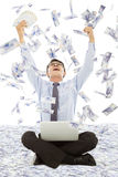 Bedrijfsmens die een loterij met de achtergrond van de geldregen winnen Stock Afbeelding