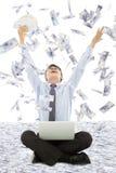 Bedrijfsmens die een loterij met geldregen winnen Royalty-vrije Stock Foto's