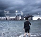 Bedrijfsmens die een paraplu met thundershower houden royalty-vrije stock fotografie