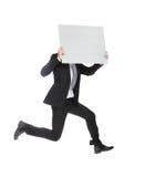 Bedrijfsmens die en aanplakbord springen houden Stock Fotografie
