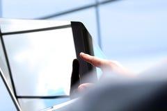 Bedrijfsmens die en financiële cijfers werken analyseren op grafieken die laptop met behulp van stock foto's