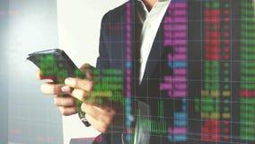 Bedrijfsmens die in forex of effectenbeurs met mobiele telefoon handel drijven stock footage
