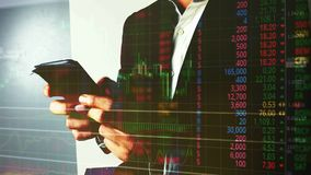 Bedrijfsmens die in forex of effectenbeurs met mobiele telefoon handel drijven stock video