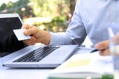 Bedrijfsmens die gegevens van een creditcard ingaan Het online winkelen Royalty-vrije Stock Afbeelding