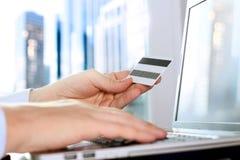 Bedrijfsmens die gegevens van een creditcard ingaan Het online winkelen op Internet die laptop met behulp van Stock Afbeeldingen