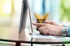 Bedrijfsmens die gegevens van een creditcard ingaan Het online winkelen op Internet die laptop met behulp van Royalty-vrije Stock Foto's