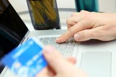 Bedrijfsmens die gegevens van een creditcard ingaan Het online winkelen op Internet die laptop met behulp van Royalty-vrije Stock Afbeeldingen