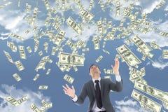 Bedrijfsmens die geldregen tegen hemel met wolken bekijken Royalty-vrije Stock Foto