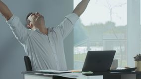 Bedrijfsmens die goed nieuws krijgen per e-mail Freelancer die aan laptop computer werken stock video